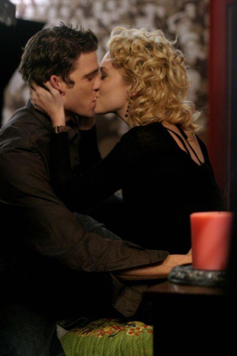 Der erste Kuss: Peyton (Hilarie Burton, r.) und Jake (Bryan Greenberg, l.) ... - Bildquelle: Warner Bros. Pictures
