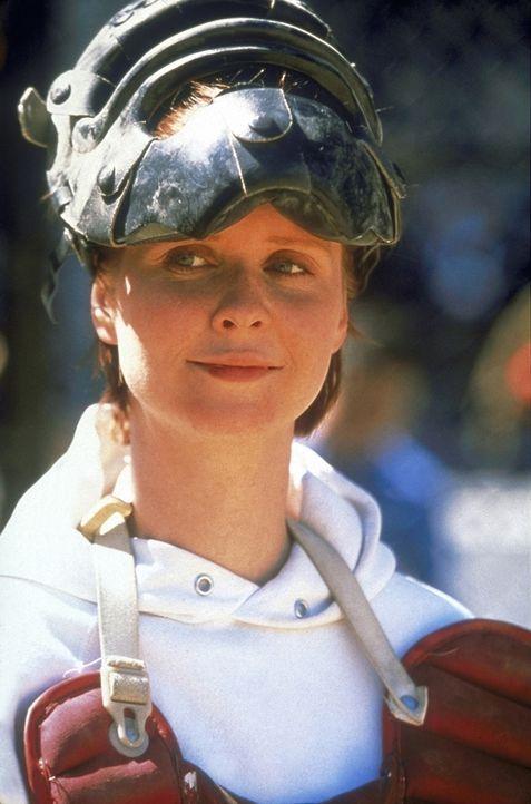 Miranda (Cynthia Nixon) lässt ihre Wut beim Baseball heraus. - Bildquelle: Craig Blankenhorn 1998 HBO