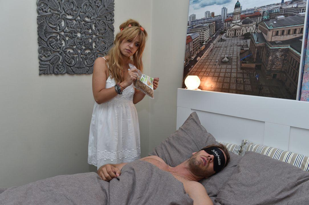 Milas (Susan Sideropoulos, l.) Casual-Sex Date mit Ralph (Dominic Boeer, r.) endet ganz anders als geglaubt ... - Bildquelle: Andre Kowalski SAT.1