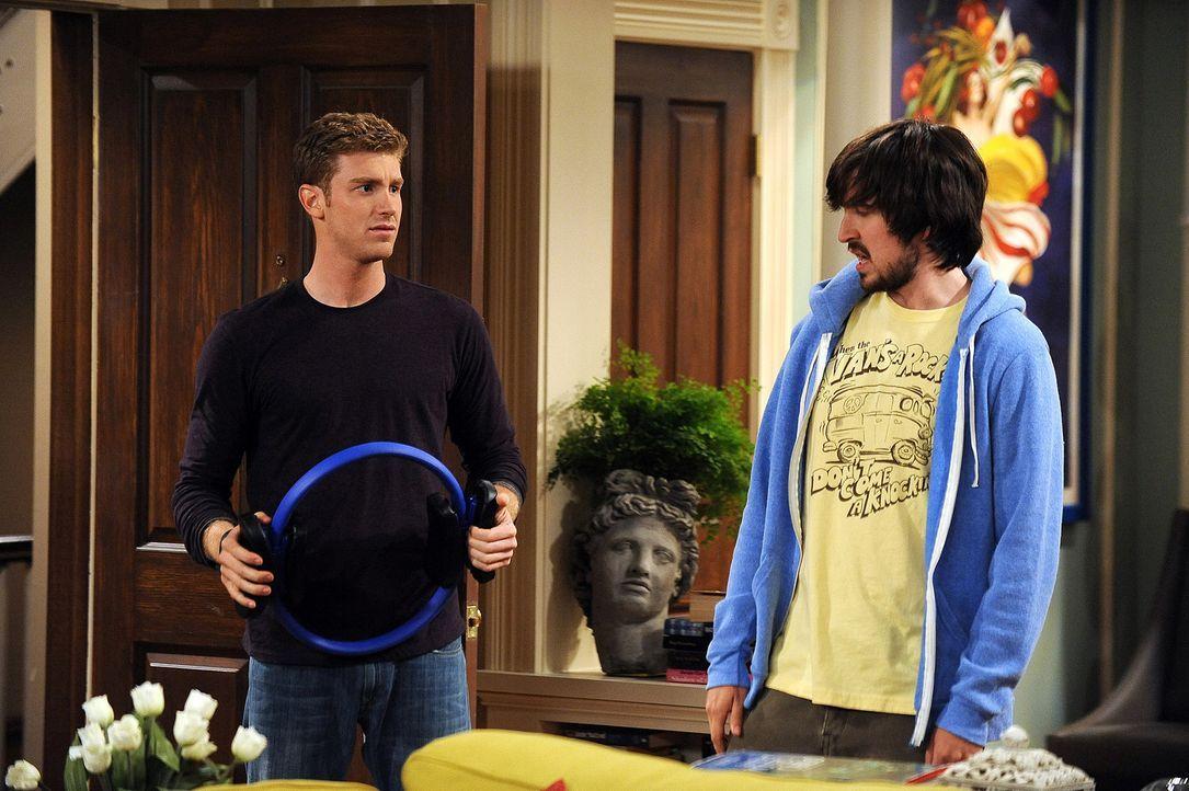 Davis (Nicolas Wright, r.) muss sich an den neuen Lebensstil seines Freundes Zack (Jon Foster, l.) erst noch gewöhnen ... - Bildquelle: 2009 CBS Broadcasting Inc. All Rights Reserved