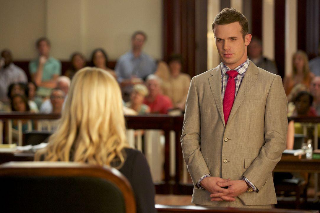 Lee Anne (Georgina Haig, l.) muss sich im Zeugenstand auch unangenehmen Fragen von Roy (Cam Gigandet, r.) stellen ... - Bildquelle: 2013 CBS BROADCASTING INC. ALL RIGHTS RESERVED.
