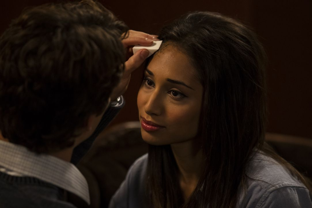 Der Zustand von Sally (Meaghan Rath, r.) wird immer schlimmer, denn ihr Körper verrottet unaufhaltsam. Sie hofft mit Max (Bobby Campo, l.) eine prof... - Bildquelle: Phillipe Bosse 2013 B.H. 2 Productions (Muse) Inc. ALL RIGHTS RESERVED.