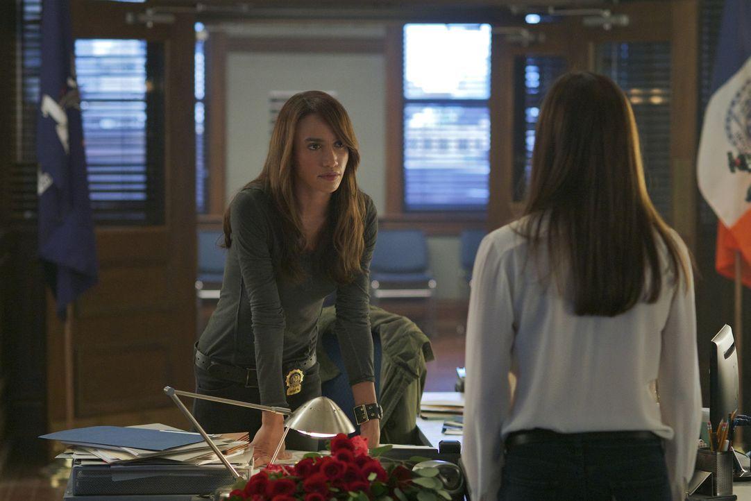 Tess Vargas (Nina Lisandrello, l.) rät Catherine Chandler (Kristin Kreuk, r.), etwas vorsichtiger zu sein ... - Bildquelle: 2013 The CW Network. All Rights Reserved.