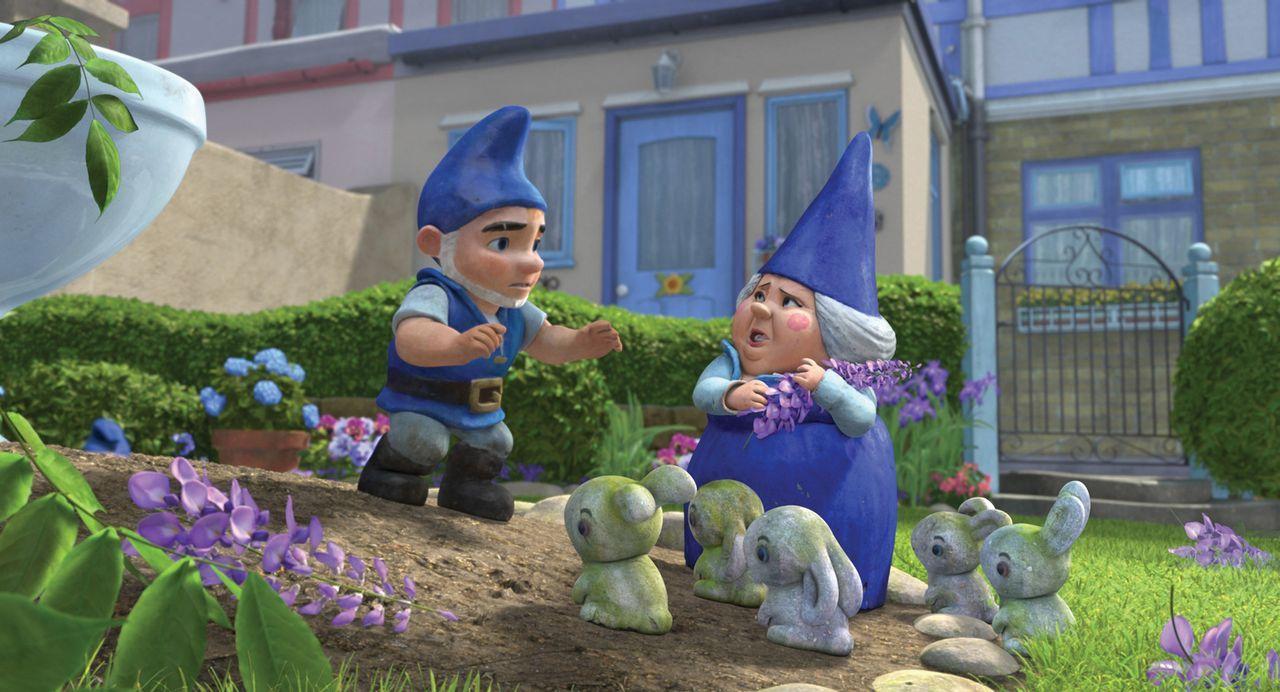 Gnomeos (l.) Mutter Blaublut (r.) ist entsetzt als sie sieht, was die Roten Gartenzwerge angerichtet haben. Jetzt bricht endgültig Krieg aus, bei de... - Bildquelle: Touchstone Pictures,   Miramax Film NY, LLC. All rights reserved