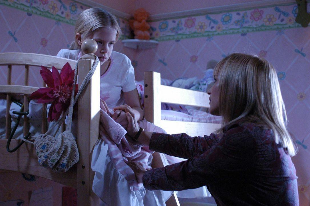 Allison (Patricia Arquette, r.) kümmert sich um ihre Tochter (Sofia Vassilieva, l.), die großen Liebeskummer hat ... - Bildquelle: Paramount Network Television
