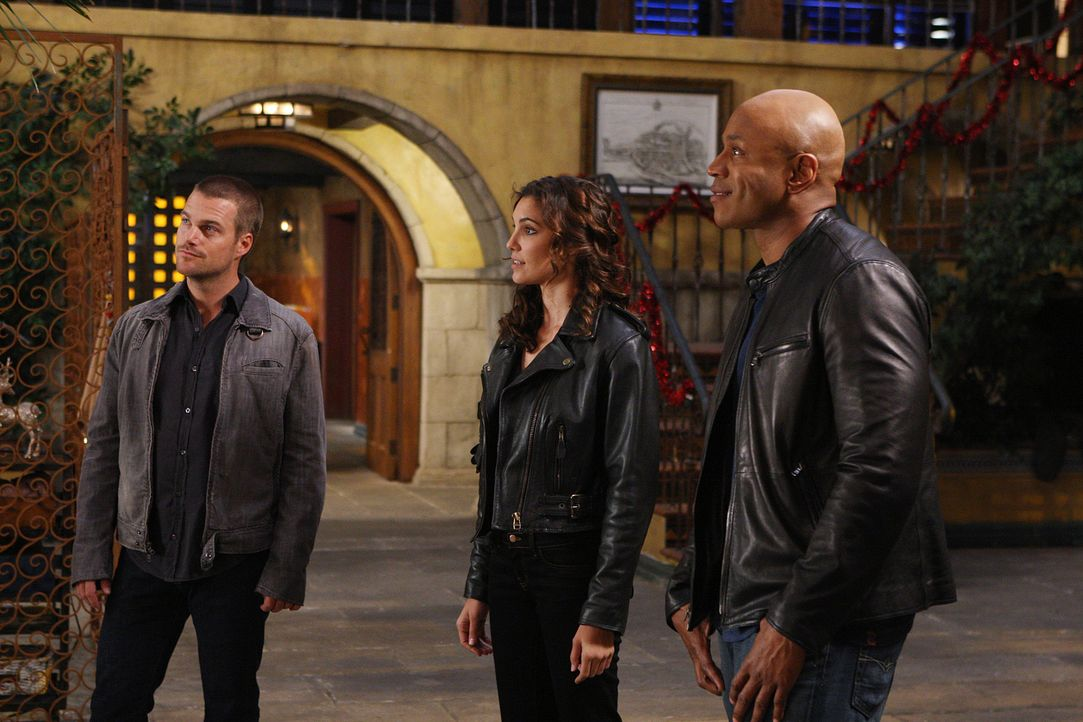 Durch ein explodierendes Handy stirbt ein ehemaliger Marine. Sam (LL Cool J, r.), Callen (Chris O'Donnell, l.) und Kensi (Daniela Ruah, M.) beginnen... - Bildquelle: CBS Studios Inc. All Rights Reserved.