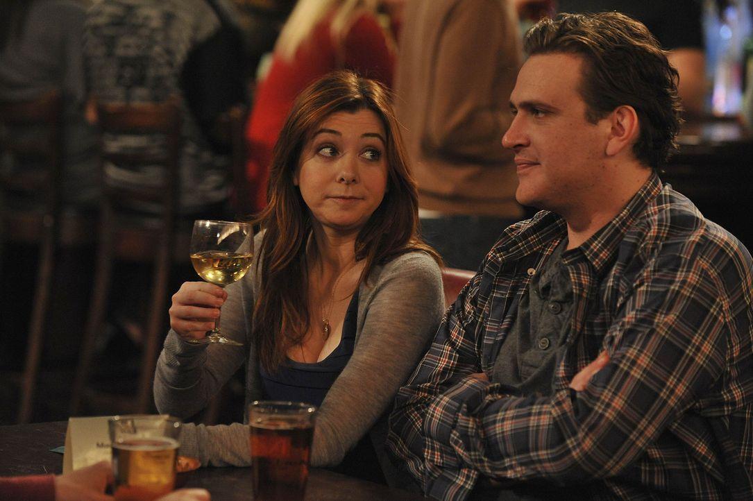 Amüsieren sich prächtig über ein Malheur von Ted: Marshall (Jason Segel, r.) und Lily (Alyson Hannigan, l.) ... - Bildquelle: 20th Century Fox International Television