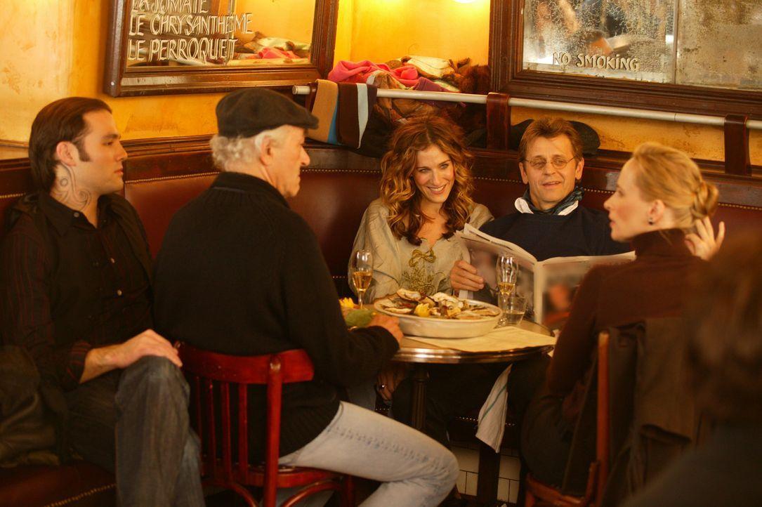 Bei einer zufälligen Begegnung mit Aleksandr (Mikhail Baryshnikov, 2.v.r.) Freunden, erfährt Carrie (Sarah Jessica Parker, M.) etwas, was sie sehr... - Bildquelle: Paramount Pictures