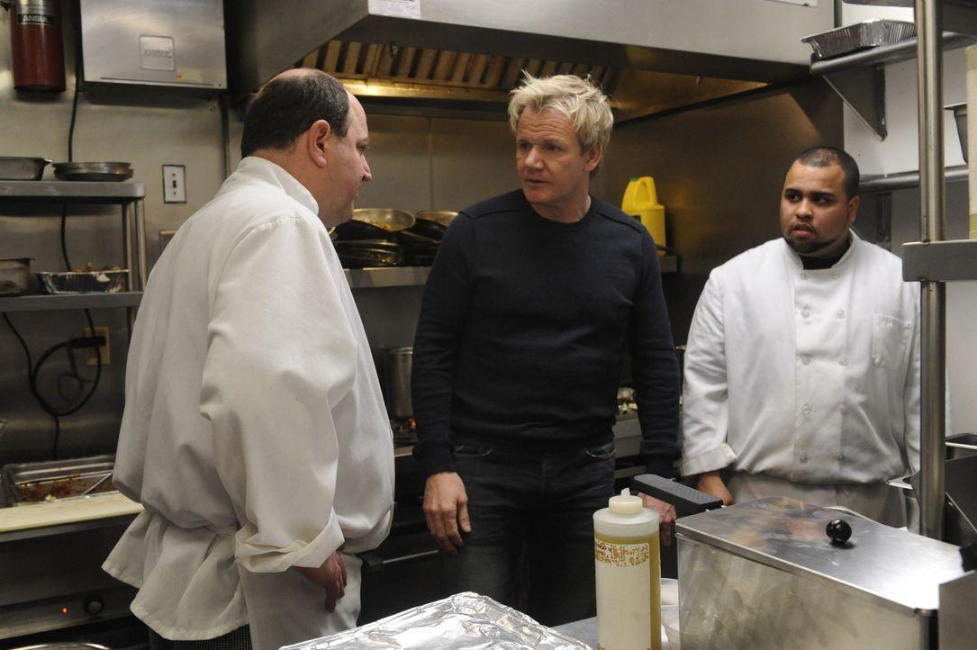 Der Sternekoch Gordon Ramsay (M.) muss den Köchen im Café Tavolini noch einiges beibringen ... - Bildquelle: Jeffrey Neira Fox Broadcasting.  All rights reserved.