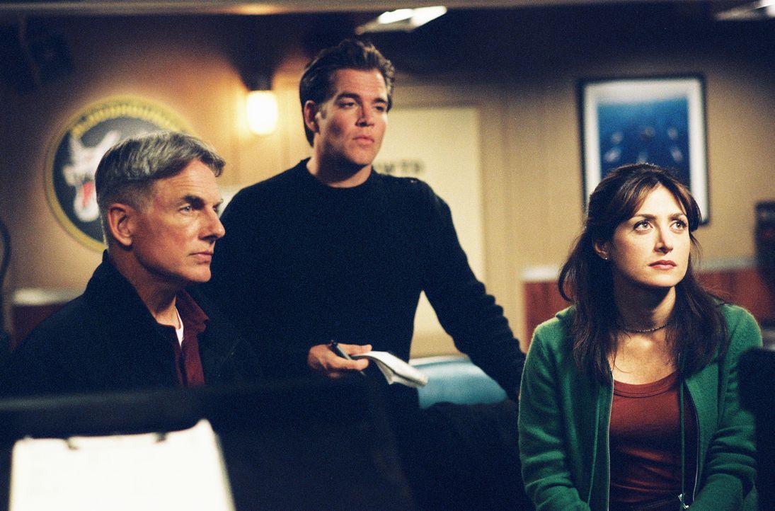Als ein zweiter Drogenfall bei der Besatzung eines Flugzeugträgers auftritt, sind Gibbs (Mark Harmon, l.), Tony (Michael Weatherly, M.) und Kate (Sa... - Bildquelle: CBS Television