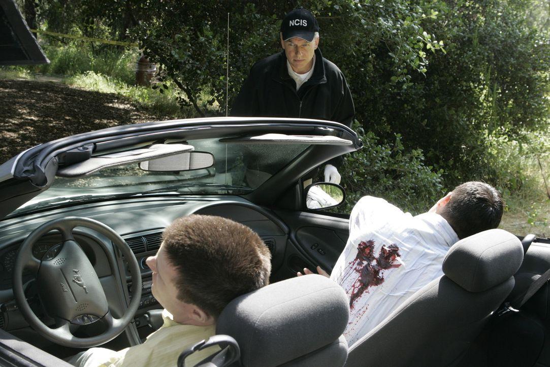 Zwei Navy Lieutnants fahren in einem Cabrio auf einer Landstrasse, als sie von einem State Police Officer angehalten werden, da sie zu schnell unter... - Bildquelle: CBS Television