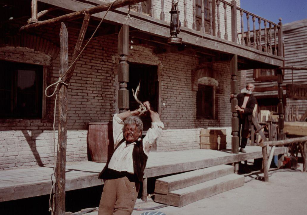 In der kleinen Stadt San Miguel wird Salonbesitzer Silvanito (Pepe Calvo) Opfer einer Gangsterbande . - Bildquelle: United Artists