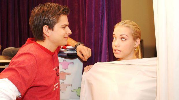 Kim (Lara-Isabelle Rentinck, r.) versucht sich mit Timo (Matthias Dietrich, l...