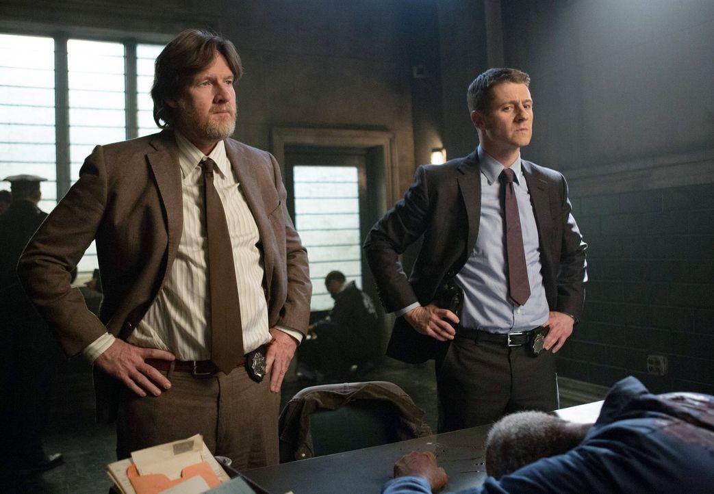 Ein neuer Fall wartet auf Gordon (Ben McKenzie, r.) und Bullock (Donal Logue, l.) ... - Bildquelle: Warner Bros. Entertainment, Inc.