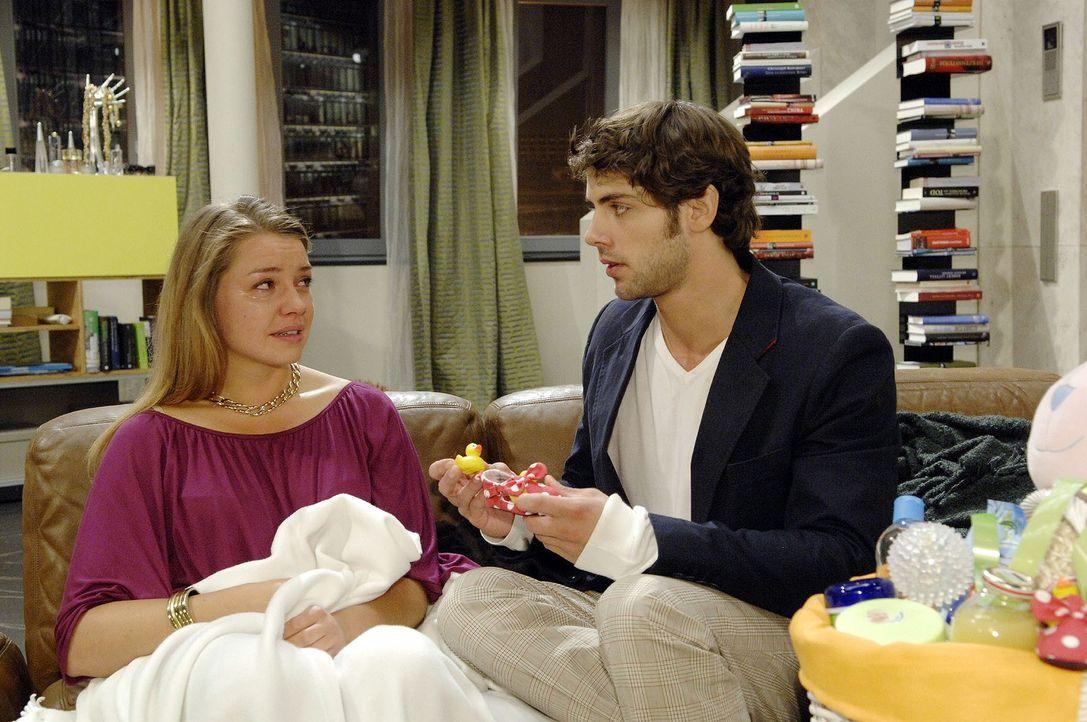 Jonas (Roy Peter Link, r.) lässt sein Gewissen keine Ruhe: Er kann Katja (Karolina Lodyga, l.) nicht allein lassen ... - Bildquelle: Sat.1