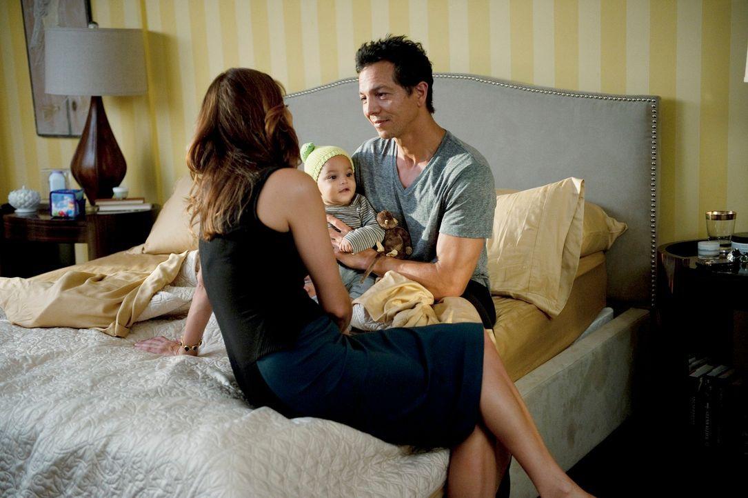 Während Addison (Kate Walsh, l.) ihre aufblühende Romanze mit Jake (Benjamin Bratt, r.) genießt, erreicht die Praxis eine schockierende Neuigkeit... - Bildquelle: ABC Studios