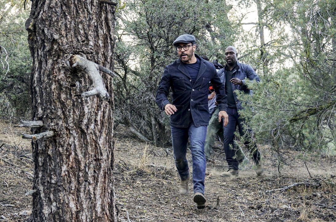 Verfolgen eine heiße Spur des vermissten Jungen im Wald: Tanner (Jeremy Piven, l.) und Detective Cavanaugh (Richard T. Jones, r.) ... - Bildquelle: Monty Brinton 2017 CBS Broadcasting, Inc. All Rights Reserved