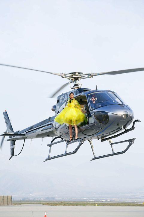 GNTM-Stf10-Epi06-Helikopter-Shooting-60-Anuthida-ProSieben-Richard-Huebner - Bildquelle: ProSieben/Richard Huebner