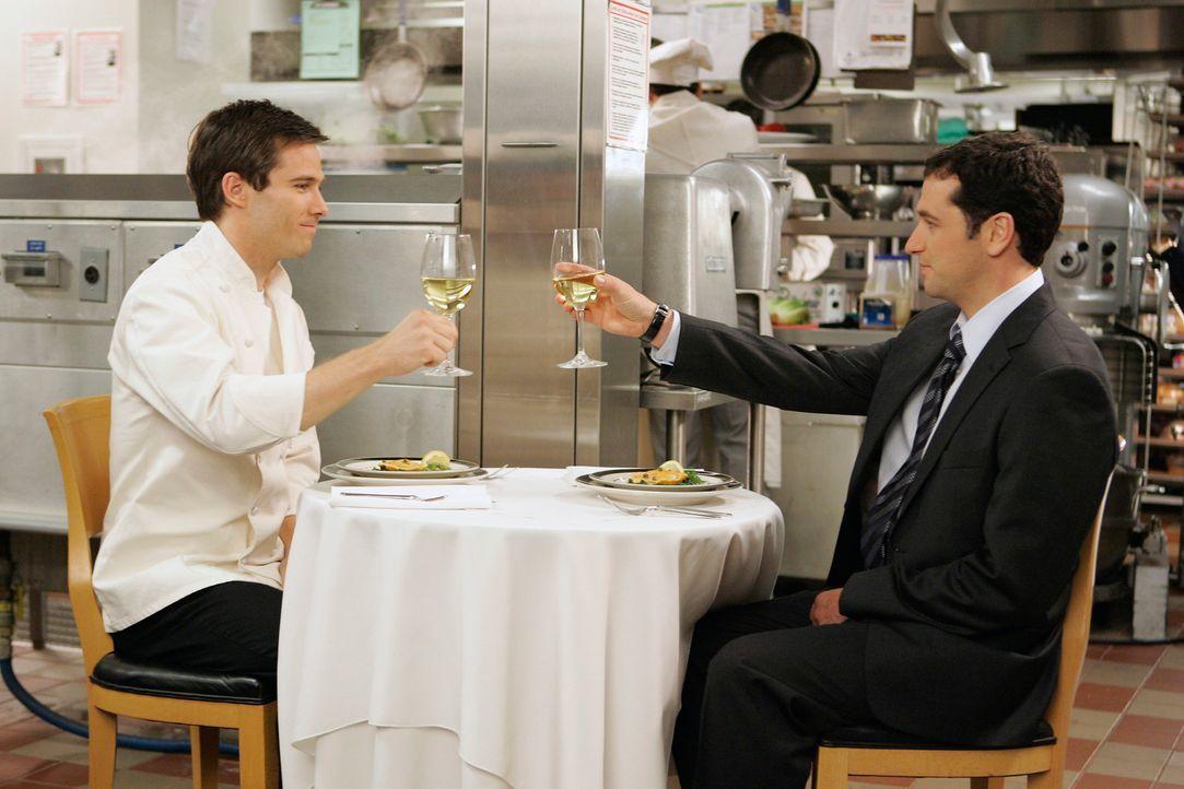 Zum Dank für Kevins (Matthew Rhys, r.) Rechtsbeistand lädt Scotty (Luke Macfarlane, l.) ihn zu einem Abendessen in einem noblen Restaurant ein, in w... - Bildquelle: Disney - ABC International Television