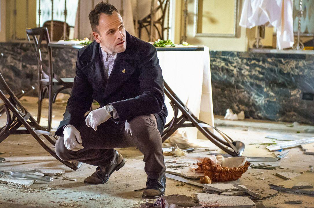 Spannungen sind vorprogrammiert, als das NYPD verlangt, dass Holmes (Jonny Lee Miller) bei den Ermittlungen zu einer Bombenexplosion mit seinem früh... - Bildquelle: CBS Television