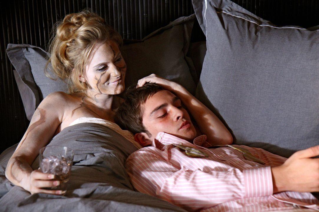 Chuck (Ed Westwick, r.) hat es wieder einmal geschafft: Er liegt neben einer unbekannten Frau im Bett ... - Bildquelle: Warner Brothers