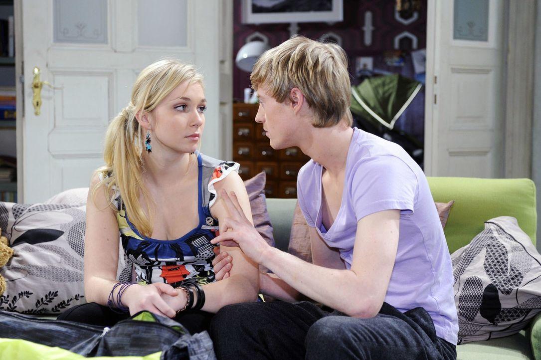 Pierre (Eric Bouwer, r.) ermutigt die verzweifelte Lily (Jil Funke, l.), um Lars zu kämpfen. - Bildquelle: Oliver Ziebe Sat.1