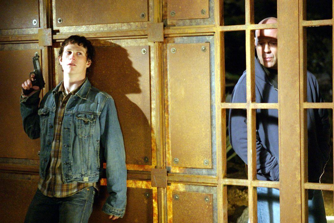 Als drei Kleinganoven (Marshall Allman, l.) auf der Flucht nach einem Raubüberfall eine Familie in seinem Bezirk als Geiseln nehmen, beginnt für d... - Bildquelle: 2004 Hostage, LLC. All Rights Reserved