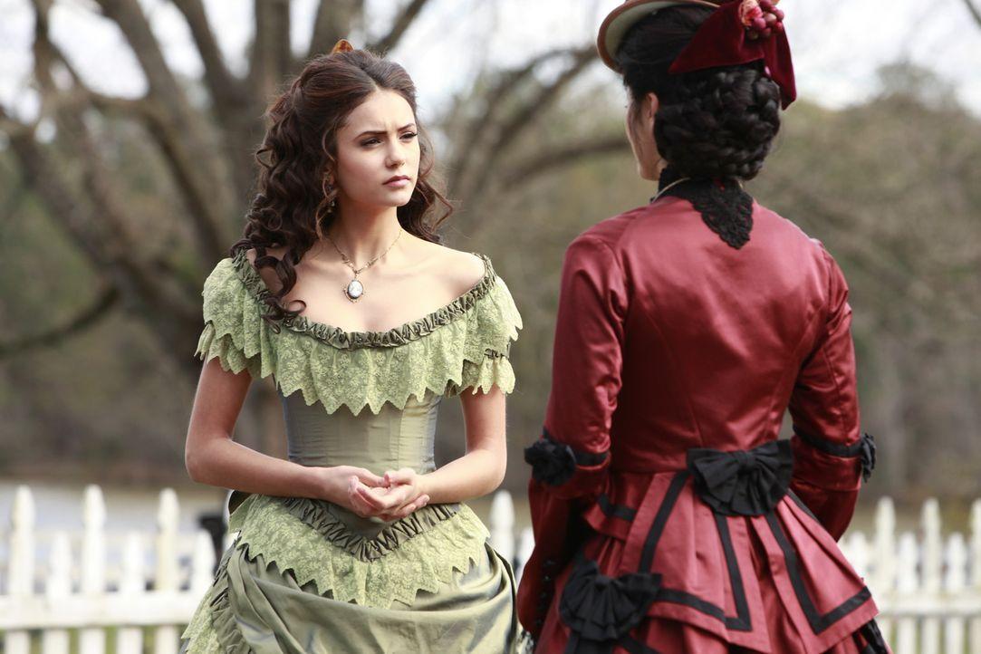 Pearl (Kelly Wu, r.) warnt Katherine (Nina Dobrev, l.), dass es gefährlich werden könnte, so mit den Salvatore-Brüdern zu spielen. Wird sie Recht be... - Bildquelle: Warner Bros. Television