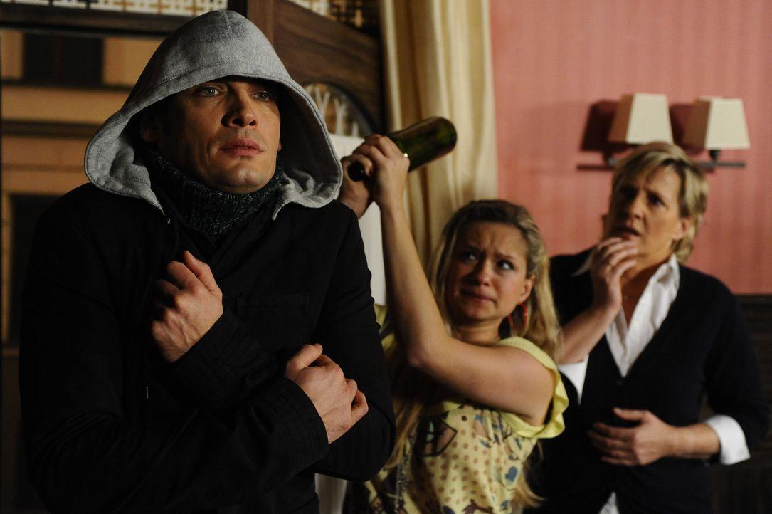 Mia (Josephine Schmidt, M.) schlägt im Glauben, Armin vor sich zu haben, Alexander (Paul Grasshoff, l.) nieder ... - Bildquelle: SAT.1