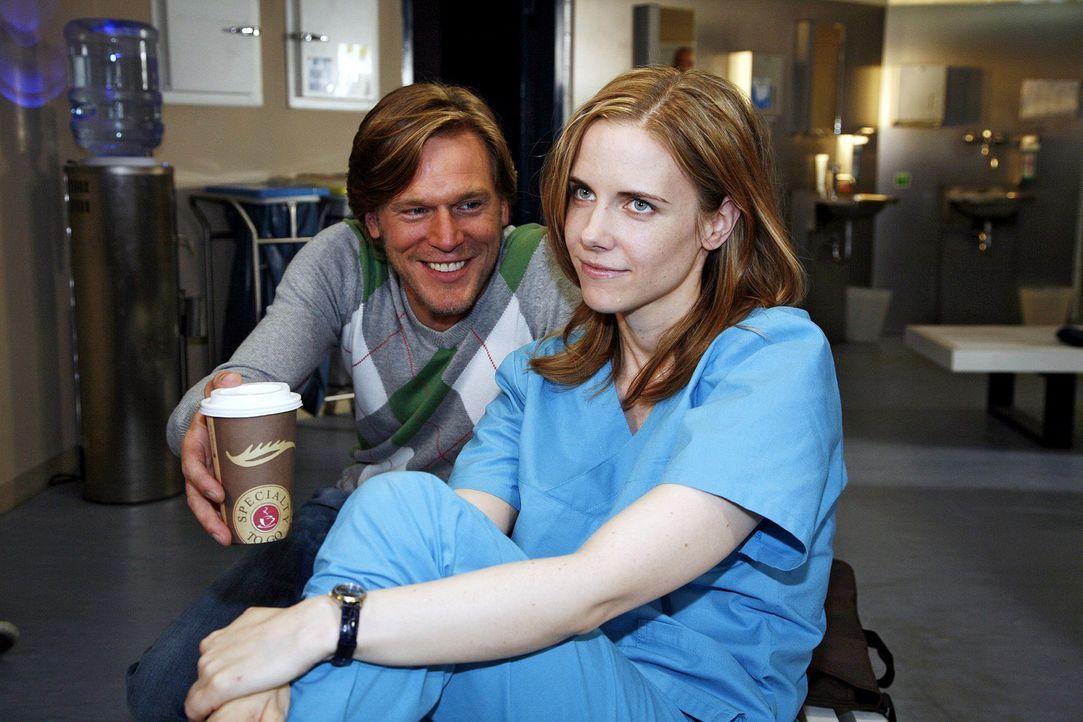 Luisa (Jana Voosen, r.) ist froh, als Christian (Tobias Kay, l.) ihr anbietet, in sein Gästezimmer zu ziehen. - Bildquelle: Mosch Sat.1