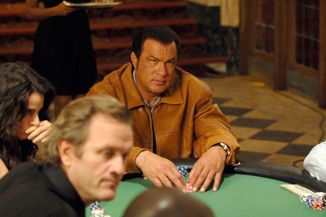Der abgehalfterte Ex-Cop Matt (Steven Seagal, hinten) ist ein spielsüchtiger Alkoholiker. Da er beim Pokern mehr als lausig agiert, belaufen sich se... - Bildquelle: 2007 Worldwide SPE Acquisitions Inc. All Rights Reserved.