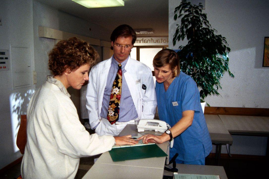 Frau Westermann (Mariele Millowitsch, l.) möchte ihre Tochter Nicole auf eigene Verantwortung aus der Klinik nehmen. Dr. Lüders (Ralf Lindermann, M.... - Bildquelle: Janis Jatagandzidis Sat.1
