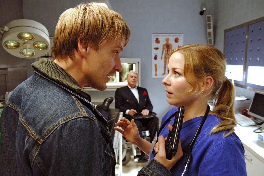 Andi Becker (Max von Pufendorf, l.) zwingt Meike (Jasmin Schwiers, r.) dazu, sich umgehend um seinen Vater zu kümmern ...