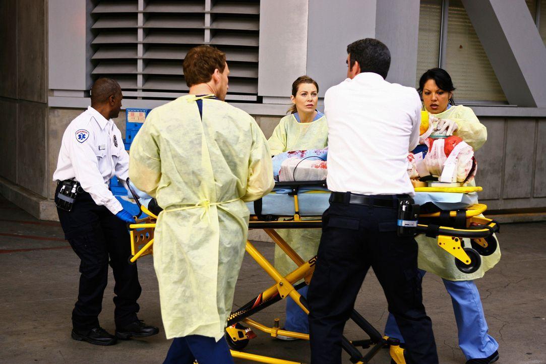 Ein Unfallopfer wird eingeliefert. Meredith (Ellen Pompeo, M.), Owen (Kevin McKidd, 2.v.l.) und Callie (Sara Ramirez, r.) kümmern sich um den Schwe... - Bildquelle: Touchstone Television
