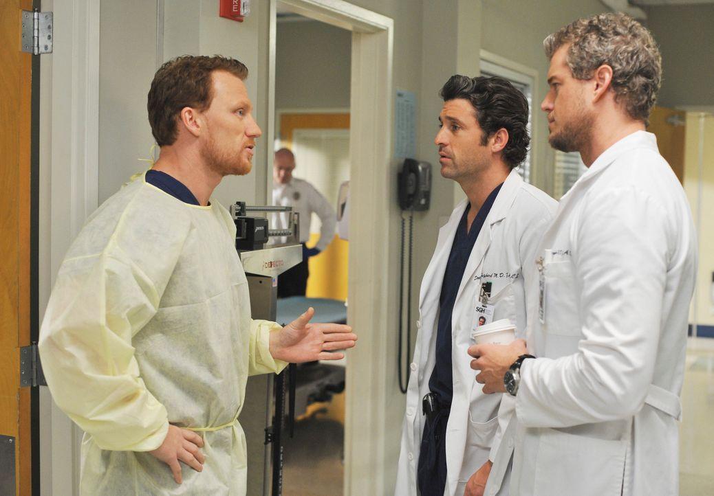 Marc (Eric Dane, r.) und Derek (Patrick Dempsey, M.) lernen ihren neuen Kollegen Dr. Owen Hunt (Kevin McKidd, l.) kennen, der sie schon bald mit ein... - Bildquelle: Touchstone Television