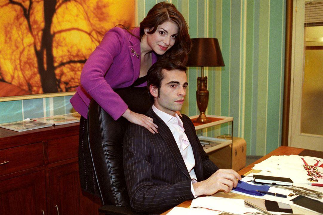 Mariella (Bianca Hein, l.) versucht ihren Verlobten David (Mathis Künzler, r.) davon zu überzeugen, dass er Sabrina die Assistentenstelle gibt. Da... - Bildquelle: Sat.1