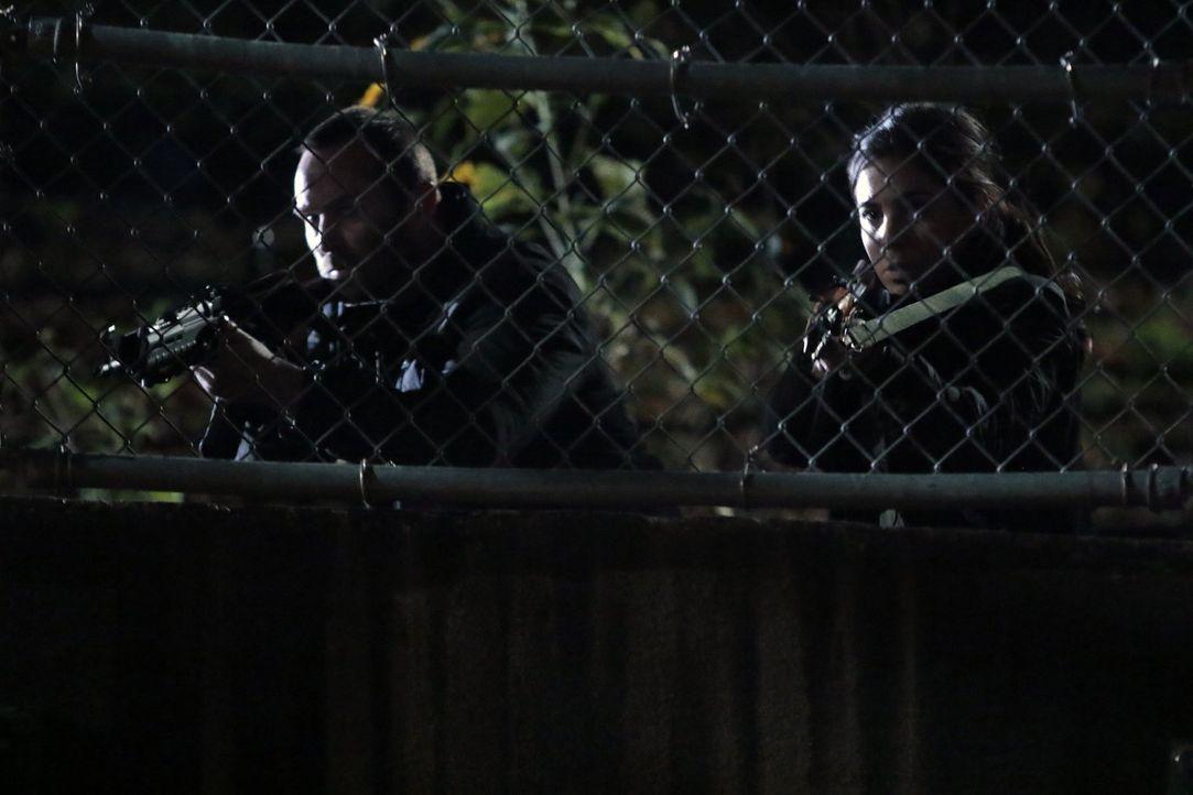 Können Weller (Sullivan Stapleton, l.) und Zapata (Audrey Esparza, r.) die Erschießung der 121 Gefangenen noch verhindern? - Bildquelle: Warner Brothers