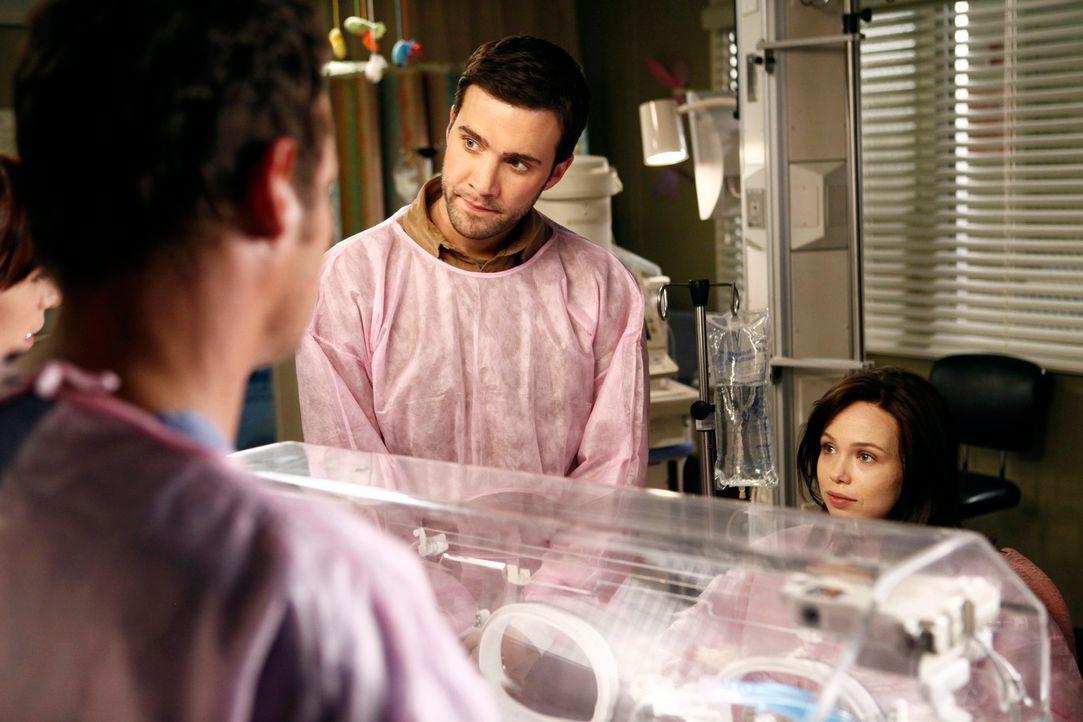 Machen sich große Sorgen um ihren kleinen Sohn, der sechzehn Wochen zu früh zur Welt kam: Morgan (Amanda Fuller, r.) und Chris (Gil McKinney, 2.v.r.... - Bildquelle: ABC Studios
