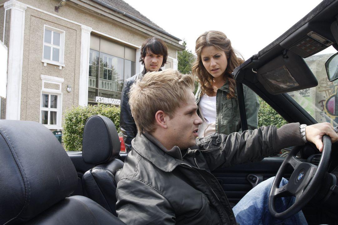 Was passiert zwischen Ben (Christopher Kohn, l.), Ronnie (Frederic Heidorn, M.) und Bea (Vanessa Jung, r.)? - Bildquelle: SAT.1