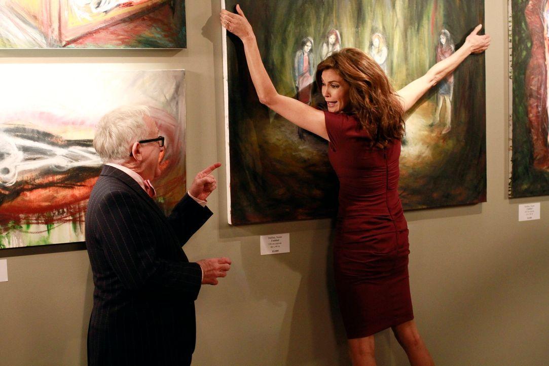 Susan (Teri Hatcher, r.) hat den Mord an Alejandro als Inspiration für ihre neuen Kunstwerke verwendet und ist schockiert, als sie diese Bilder in e... - Bildquelle: ABC Studios