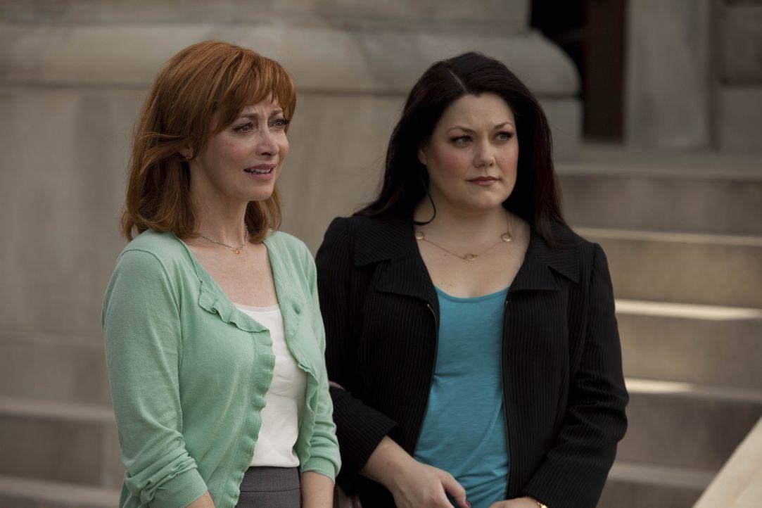 Ausgerechnet Debs Mutter Bobbie (Sharon Lawrence, l.) bittet Jane (Brooke Elliott, r.) um eine Rechtsberatung. Auf diesem Umweg erfährt Jane, welch... - Bildquelle: 2009 Sony Pictures Television Inc. All Rights Reserved.