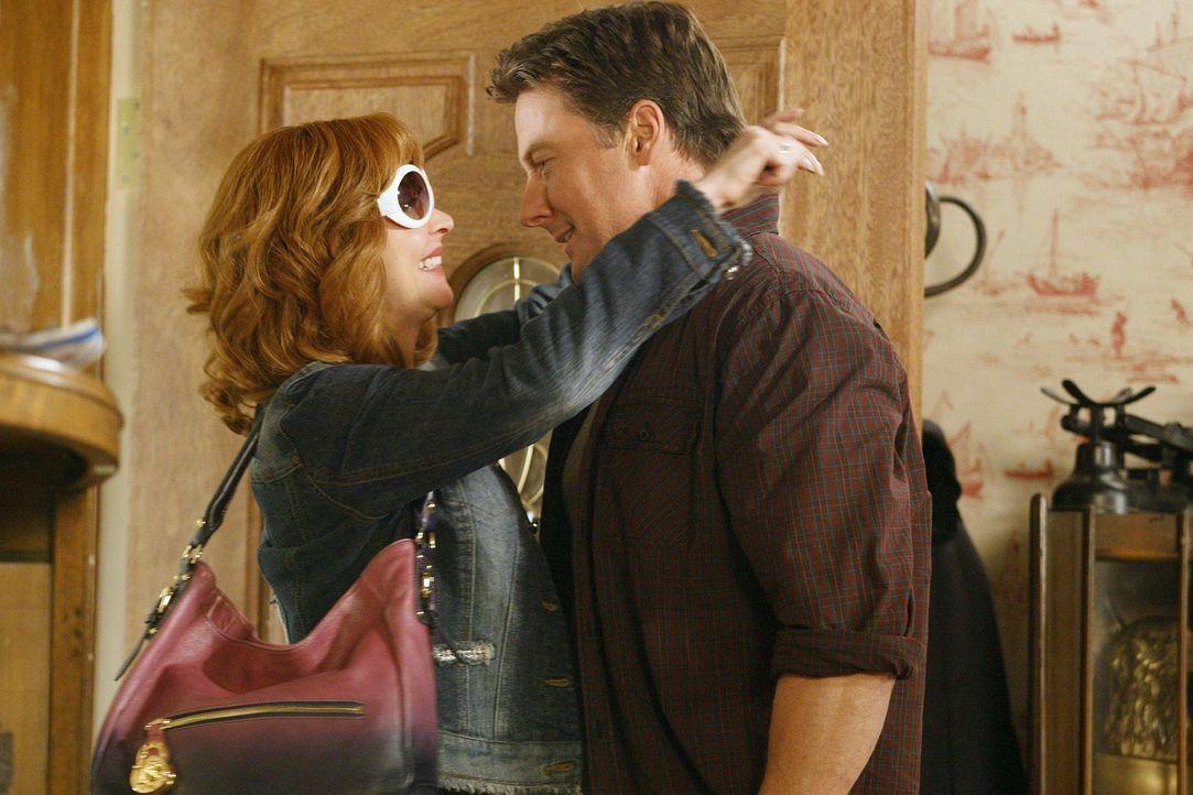 Nun soll Megan nicht nur ihrem Vater (John Allen Nelson, r.), sondern auch noch ihrer Mutter (Sharon Lawrence, l.) vergeben. Doch darauf hat sie wen... - Bildquelle: Warner Bros. Television