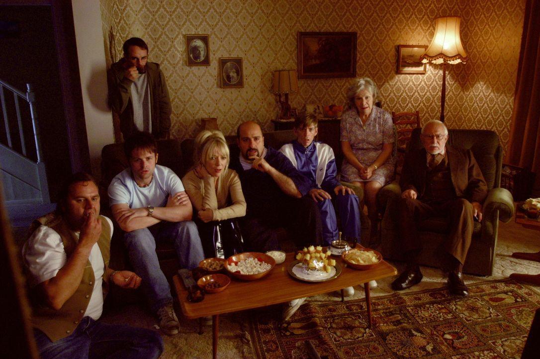 Als Ray (Declan Donnelly) Freunden und Familie den spektakulären Film vorführt, den er für 30.000 Dollar gekauft hat, erlebt er eine böse Überraschu... - Bildquelle: Warner Brothers International