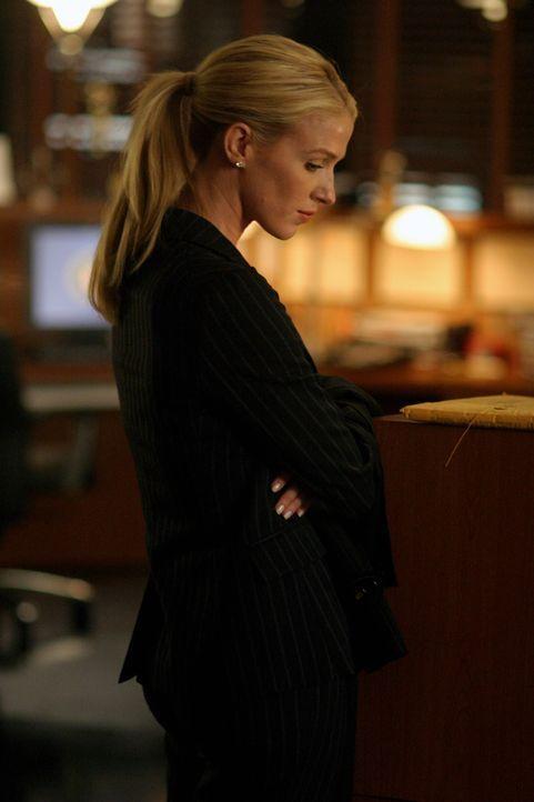 An Feierabend ist für Samantha Spade (Poppy Montgomery) noch lange nicht zu denken. Der aktuelle Fall erweist sich als äußerst schwierig ... - Bildquelle: Warner Bros. Entertainment Inc.