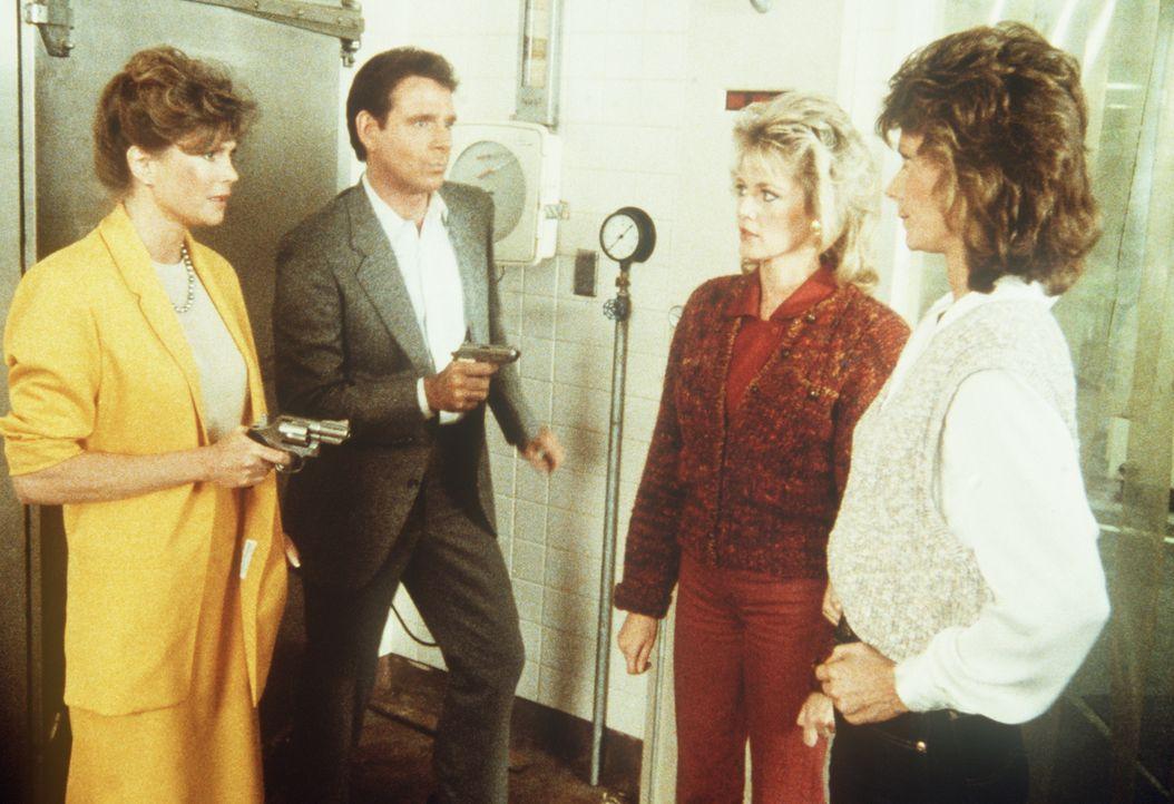 (v.l.n.r.) Carla (Pamela Susan Shoop) und Barry (Peter Evans) bedrohen Francine (Martha Smith) und Amanda (Kate Jackson) ...