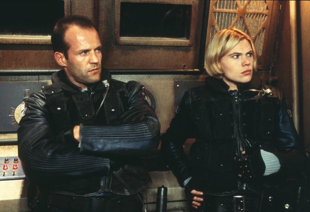 Schon bald sehen sich die Mars-Cops Bashira (Clea DuVall, r.) und Jericho (Jason Statham, l.) einer Gefahr gegenüber, die ihre ganze Vorstellungskr... - Bildquelle: 2003 Sony Pictures Television International. All Rights Reserved.