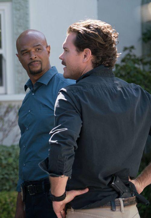 Als Riggs (Clayne Crawford, r.) und Murtaugh (Damon Wayans, l.) einen neuen Mordfall untersuchen, stoßen sie auf ein Geheimnis einer der reichsten F... - Bildquelle: 2016 Warner Brothers
