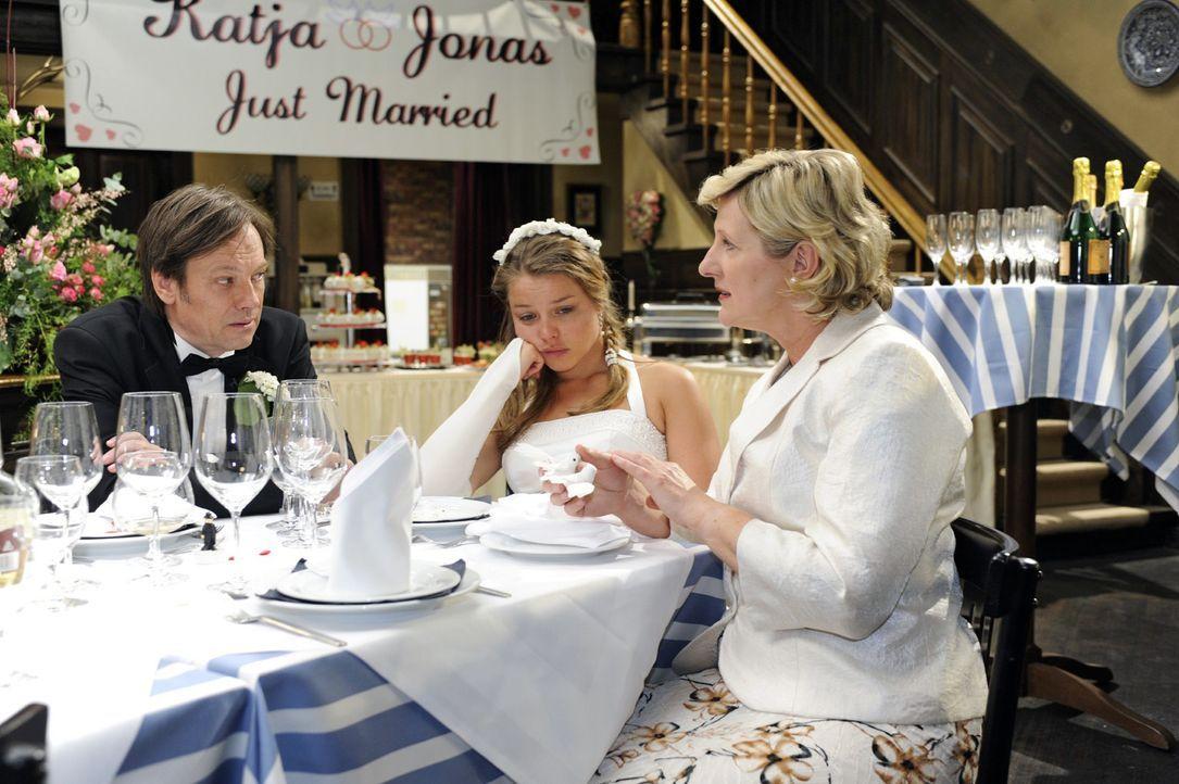 Armin (Rainer Will, l.) und Susanne (Heike Jonca, r.) fühlen mit der unglücklichen Katja (Karolina Lodyga, M.) mit. - Bildquelle: Oliver Ziebe Sat.1