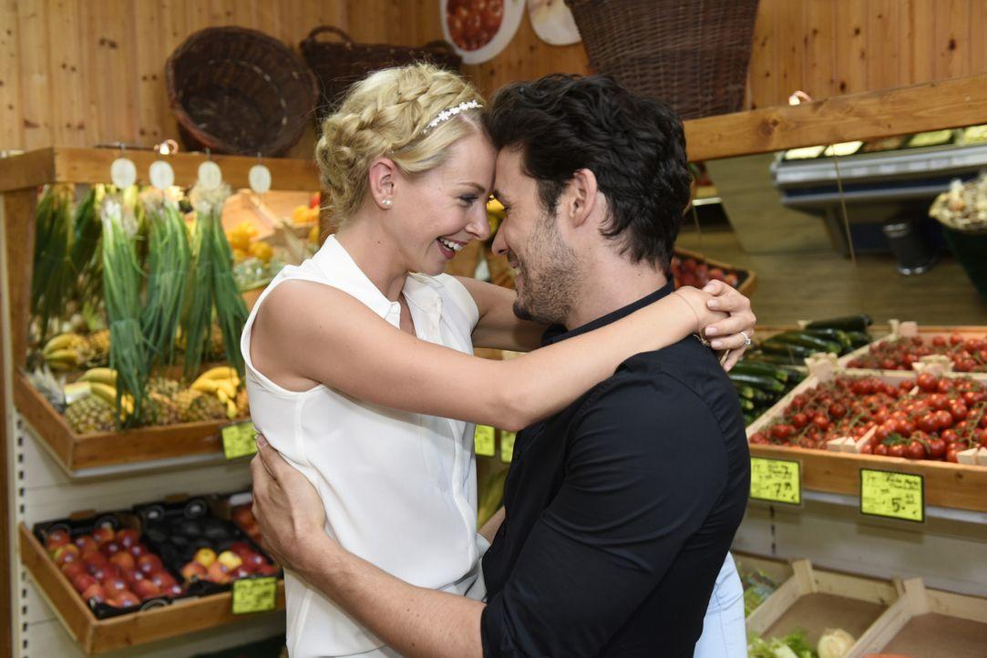 Während Mila und Nick wieder zusammenarbeiten, stellt Luisa (Jenny Bach, l.) fest, dass sie die Umarmung mit Sami (Alexander Milo, r.) genießt ... - Bildquelle: Christoph Assmann SAT.1