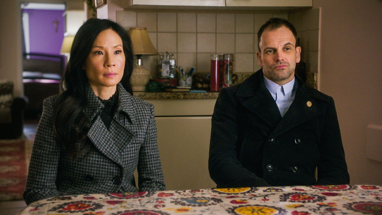 (v.l.n.r.) Dr. Watson (Lucy Liu); Sherlock Holmes (Jonny Lee Miller) - Bildquelle: 2018 CBS Broadcasting, Inc. All Rights Reserved
